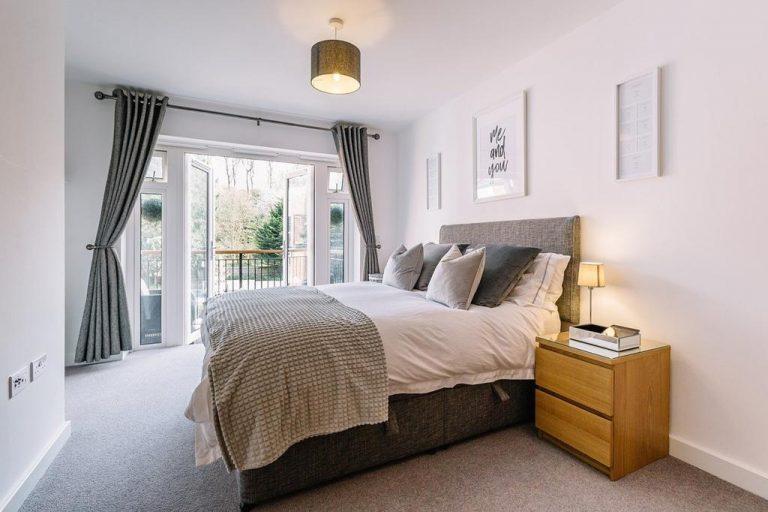 Eleganckie łóżka dębowe o ponadczasowym stylu